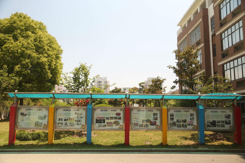 酒店,学校等公共场所,策亿文化告诉你宣传栏可以采用不锈钢为框架图片